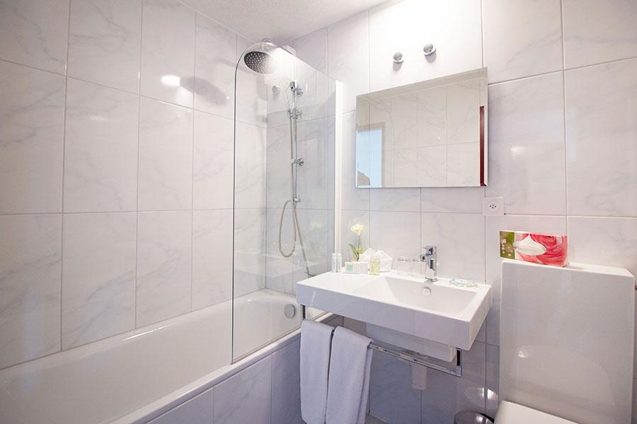 Bild-nomral-Badezimmer-Badewanne-Park-Hotel-Inseli-MG_6237-900x600